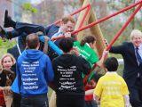 Printul Harry s-a dat in spectacol intr-un parc pentru copii. Iata ce a facut!