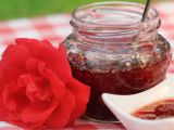 Incantare in gradina sau deliciu in borcan? Cum sa prepari cea mai buna dulceata de trandafiri