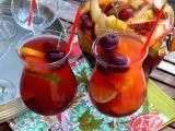 Bautura lunii iulie: sangria cu cirese si fructe de padure