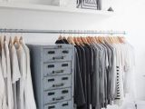 7 super-idei pentru organizarea hainelor atunci cand nu ai un dulap