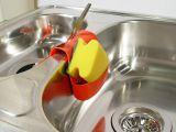 5 trucuri eficiente pentru a curata rapid chiuveta si cada