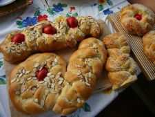 Tsoureki, cozonacul grecesc de Paste