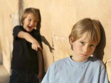 Copiii care isi batjocoresc colegii pot suferi tulburari psihice in adolescenta