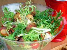 Salata verde frisee cu alune de padure coapte si branza de bivolita