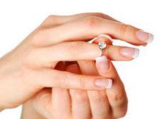 Cum scoti de pe deget un inel intepenit, in 4 pasi simpli