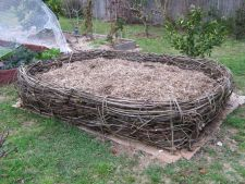 Gardening eco  : Create a mound of the to compost layers of vegetables