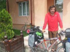 Tanarul care face turul tarii pe bicicleta ca sa aduca lumina in casele romanilor