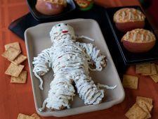 Retete de Halloween: Salata aperitiv cu branza, in forma de mumie