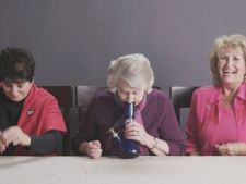 3 bunici fumeaza marijuana pentru prima data. Reactiile lor amuzante