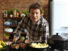 Bucatari celebri: Invata cum sa prepari cel mai bun vin fiert de la Jamie Oliver