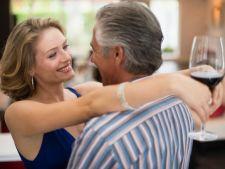 De ce sunt atrase femeile de barbati mai in varsta