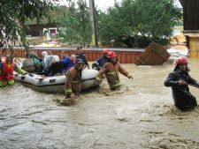 Romania, sub ape! Zeci de familii, izolate