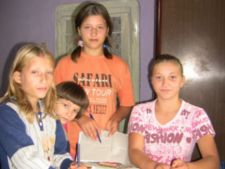 Ajuta patru surori orfane sa-si cumpere rechizite pentru scoala