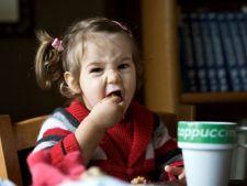 Cum iti convingi copilul sa stea cuminte la masa