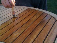 Cum sa reconditionezi mobilierul de lemn din curtea casei