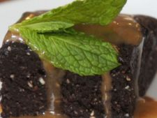 Raw-vegan recipes  : the black woman with the seeds hemp and the sauce caramel