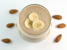 Smoothie proteic cu banane si migdale, pentru zile pline de energie