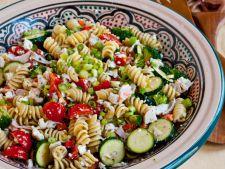 Salata greceasca cu paste fainoase si legume proaspete