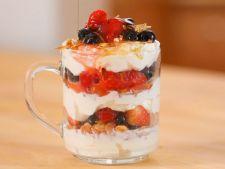 Parfait dietetic cu iaurt si fructe congelate, un desert cu putine calorii