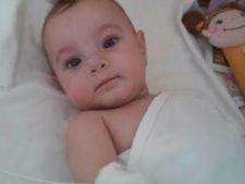 O fetita de 7 luni, a patra oara pe masa de operatie. Si tu o poti ajuta sa supravietuiasca!