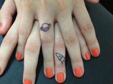 Tatuajele pe deget, tot mai populare. Idei din care sa te inspiri!