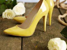 Iti plac pantofii? Ce culori nu trebuie sa-ti lipseasca vara aceasta
