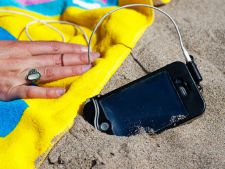 Vacanta la mare sau la piscina? Cum sa-ti protejezi telefonul