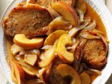 Cotlete de porc cu garnitura de mere si ceapa coapte, ideale in zilele racoroase