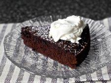 Tort simplu si rapid de ciocolata cu vin rosu, ideal pentru weekend