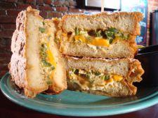 Sandwich grill cu branza si spanac, pentru dimineti friguroase