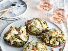 Ciuperci umplute cu piept de pui si sos pesto, ideale pentru o cina usoara