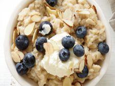 Mic dejun delicios cu ovaz, afine si mascarpone
