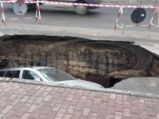 "Se intampla in Romania! Masina ""inghitita"" complet de o gropa"