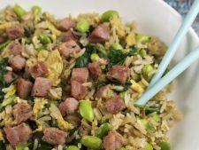 Orez prajit cu legume, oua si sunca crocanta, un deliciu gata in 10 minute