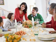 3 reguli de baza de care e bine sa tii cont daca iei masa de Paste la socri
