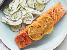 Somon la cuptor cu salata de castraveti si fenicul, ideal pentru o cina rapida