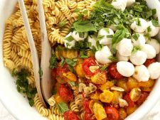 Salata cu paste cu rosii coapte si mozzarella, o reteta simpla si rapida