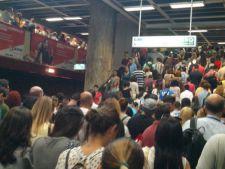 Haos la metrou! Calatorii nu au mai putut respira!