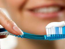 Te speli pe dinti cu sare sau bicarbonat? Esti in mare pericol!