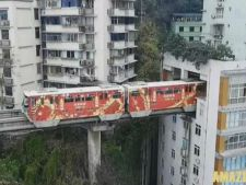 Trenul care trece printr-un bloc! Urmeaza statia Bucataria! VIDEO