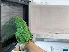 Cum sa cureti cuptorul cu microunde cu bicarbonat de sodiu