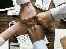 STUDIU O femeie manager la 30 de manager barbati. Cum pot reduce angajatorii inegalitatea de gen