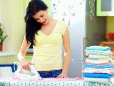 Fierul de calcat pateaza hainele? Doua moduri simple si rapide de a curata talpa acestuia