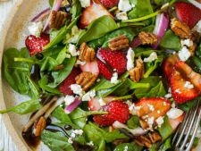 Salata de vara cu spanac si capsune, o reteta rapida si gustoasa