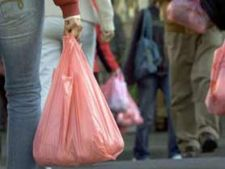 De anul viitor, comerciantii vor plati taxa pentru pungile de plastic