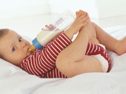 Pericolul din laptele de migdale. De ce sa nu-i dai bebelusului