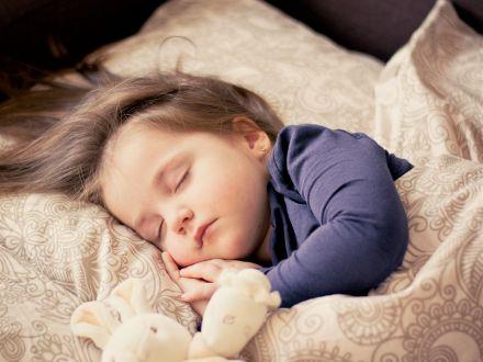 STUDIU: Risc de obezitate crescut pentru copii care nu au un program strict de somn