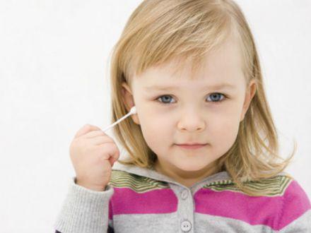 Betisoarele de urechi, un real pericol pentru copii. Cei mai afectati sunt minorii sub 8 ani