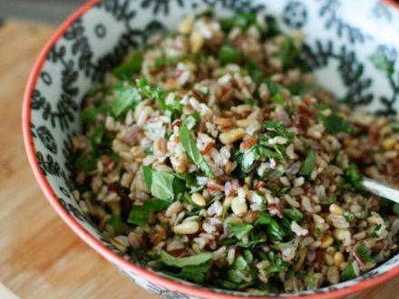 Salata de orez salbatic cu muguri de pin si ierburi aromatice, un deliciu in zilele de vara