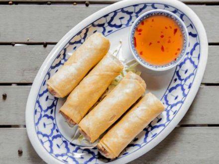 STUDIU: Cartofii prajiti, burgerii si mancarea asiatica, mancarurile preferate de romani in Postul Pastelui